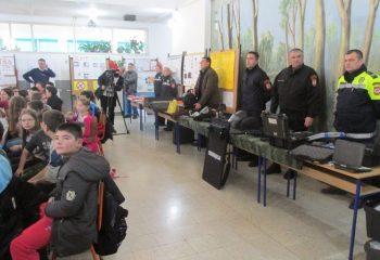 """БИЈЕЉИНА, 8. ДЕЦЕМБРА /СРНА/ - У оквиру обиљежавања """"Мјесеца борбе против болести зависности"""" у Основној школи """"Кнез Иво од Семберије"""" организована је представа и изложба ученичких радова, тактичко-показна вјежба припадника Полицијске управе Бијељина"""
