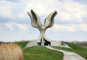 """Slika-1-Spomenik-""""Kameni-cvijet""""-u-Jasenovcu-2007.-godine-fotografija-Zrinke-Paladino"""